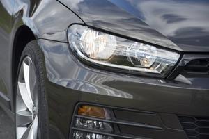 Bildtext 7: På utsidan är det svårt att se förändringarna hos nya VW Scirocco. Nya strålkastare och nya lameller i spoilern är väl det som den verkliga kännaren möjligen noterar.    Foto: Fredrik Sandberg/TT