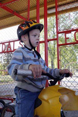 Femårige Emil Olsson, Holänna, blev inte glad när han förstod att han inte skulle få leka i parken.