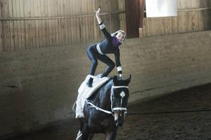 Petra Lindström, som uppträdde tillsammans med hästen Rebekka, ingår i voltigelaget.