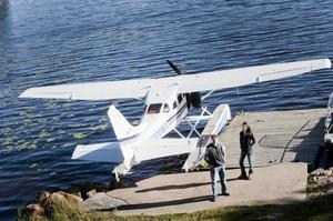 Smäcker som en vit fågel står amfibieplanet Cessna 206 vid bryggan i sjön Marmen hos familjen Linding. Marga Garcia och Martin Picard kom rätt dag. På måndagen var det strålande sol över vattnet.
