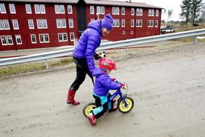 KOM, MAMMA! Nya platschefen i Kungsberget, Catharina Utanskog, har bott med man och två döttrar – här Molly 3 år – på anläggningen hela hösten under förberedelserna inför vintern.