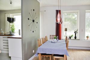 Kök och vardagsrum skiljs åt med en mindre vägg som gör det möjligt att träda in i rummen från två håll.