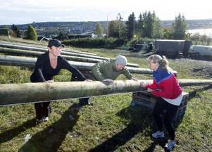 Stina Bergsten manar på Petra Magnusson och Magnus Nilsson att göra sin yttersta när det är armhävningar på programmet.
