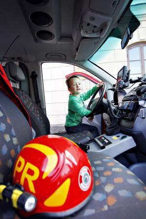 Erik Lutz, 5 år, satte sig bakom ratten i en brandbil.