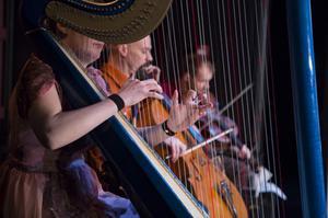 Teatermusik med harpa. Stina Hellberg, Per Westrin och Görgen Antonsson står för den väl integrerade musiken i föreställningen.