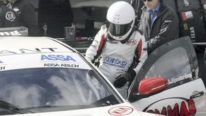 Emelie Liljeström kliver in i STCC-bilen.
