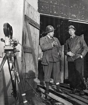 Filminspelning. Bilden är tagen vid Rudgruvan i Semla i samband med inspelningen av filmen Stålet och arbetets stad 1943. Från vänster, Arne Lagercrantz, filmfotograf, och Rune Lindström.