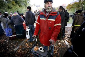 Bertil är 75. Han har jobbat i industrin hela sitt liv och har pension, men har ändå hamnat snett. Han är försiktig och släpper förbi alla som är det minsta aggressiva i kön. Till slut ser en av de frivilliga till att han får kaffe och bulle.
