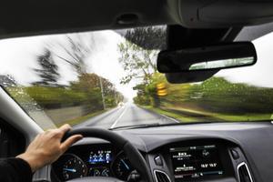 Det är orimligt att människor som är beroende av bil för sin försörjning ska betala för regeringens bidragshöjande reformer, skriver debattförfattarna.