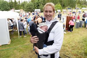 Cecilia Edlund med Vile som bara är två veckor gammal.