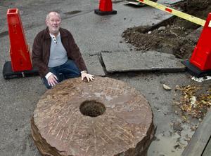 """""""En skaplig exportvara från vår hamn,"""" sa Dick Henning när han såg kvarnstenen."""