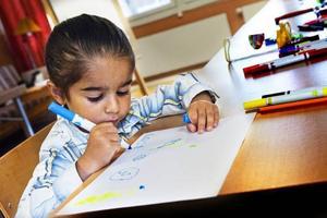 Karizma Karadaghi, fyra år, är djupt koncentrerad.