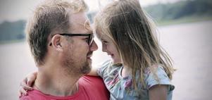 """Den onda bollen. Dottern Liv vara bara tre år när Mathias drabbades av sin stroke. """"Men hon förstod att jag var riktigt sjuk. Den onda bollen i pappas huvud kallade hon aneurysmet för"""", säger han. I dag har Liv hunnit bli fem och till hösten är det dags för henne att bli storasyster då Mathias och Emma väntar sitt andra barn i oktober."""