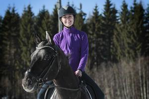 Therese Nilsson har ridit sedan barnsben och har tidigare tävlat i dressyr. Idag är hon hobbyryttare som ridskoleelev och medryttare.