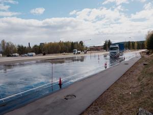 Lastbilen ska precis börja bromsa på halkbanan i Falun. Foto: Clara Silfwerplatz.