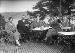 1920-tal. Ett sällskap på Strand restaurangs veranda under 1920-talet.  Bilden kommer från Nynäshamns kommuns bildarkiv, som är en riktig skattkista för den som vill titta på bilder från  förr.