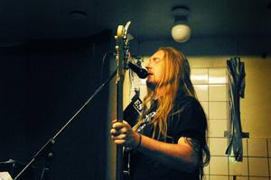 Andreas Persson är sångare i Avdelning 5.  Foto: Rikard Orvegård