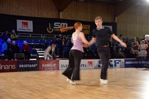 Samtliga lag ställde uppmed dansare i bugg, men det var Tobias Ramberg och Emma Söderlund som alla femdomare ville ha som vinnare.