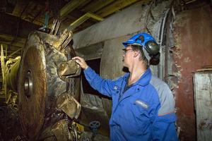 Fläkthjulet väger nästan tre ton, berättar Tony Andersson, underhållsansvarig för sodapannan. Montörerna jobbar i skift med att byta ut sugskåpet, när det är klart ska hjulet sättas tillbaka.