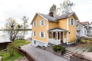 En villa med sjötomt intill Runn på Strandvägen i Falun har sålts för 7,4 miljoner kronor.