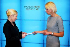 Den moderata riksdagsledamoten Saila Quicklund från Frösön, till höger på bilden, uppvaktade i torsdags infrastrukturminister Anna Johansson (S) om att Bromma flygplats måste vara kvar.
