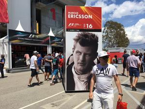 Reklampelare i Barcelona. Marcus Ericsson är en av världens 20 formel 1-förare. Fortfarande är han poänglös i årets VM-serie som i helgen kör säsongens sjätte race, i Monaco.