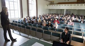 Carolin Sundberg på UF Gävleborg pratade för eleverna i trean på Staffangymnasiet.