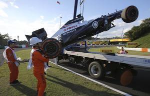 Kraschkung. Pastor Maldonados Williamsbil lyfts bort från banan efter en krasch i Japans GP på   Suzuka 2013.