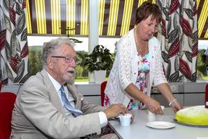 Det bjöds på tårta och kaffe på invigningen, kommunalrådet serverade kommunalrådet.