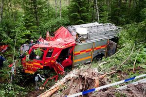 Två brandmän från Smedjebacken avled till följd av den svåra olyckan i Tolvsbo. Nu lägger polisens utredare vad man beskriver som ett pussel för att komma fram till hur olyckan gick till och om den i så fall kan ha orsakats av att ett mötande fordon var över på fel körbana.