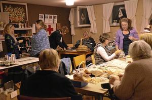 I föreningslokalen för Röda korset Finnerödja har både medlemmar och icke medlemmar träffats för att återvinna gamla tyger och skapa nytt.