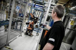 Det flesta industrijobben sker idag i rena miljöer. Här en robotoperatör under sitt arbetspass.