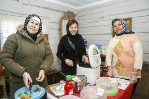 Tahira Jafari, Razizh Rezai och Sima Rahimi från Svenstavik sålde afghanska och somaliska specialiteter på julmarknaden.