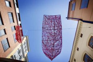 Shiota Chiharus konstverk återfinns på två platser i Örebro, denna med små båtar i luften hänger över hela handelsstråket på Köpmangatan.