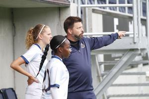 Wilma Ullström och Glory Amalaha får instruktioner av tränare Thomas Axlund.