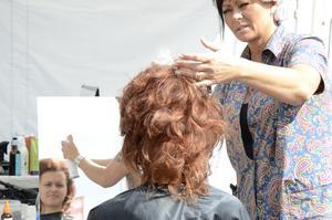 Håret är huvudsaken. Elin Adanko får frisyren fixad av Maria Johannesson.