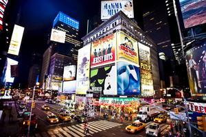 Svenskar lockas till Broadway för att se Peter Jöback sjunga.