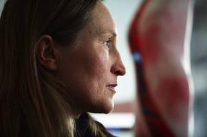 Monica Edmondsson, Samisk glaskonstnärinna, Tärnaby, fotograferad av Leif Milling. Bilden ingår i hans film- och utställningsprojekt kring samisk konst av idag.Foto: Leif Milling