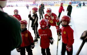 Kevin Goumas från Mora IK trivdes tillsammans med ett gäng Mora IK-klädda barn