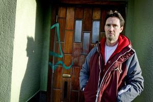 Spår av klotter. Erik Jorman har nu fått sin fasad fixad av en saneringsfirma men på dörren syns fortfarande spår efter klottrarna.Foto: Håkan Risberg