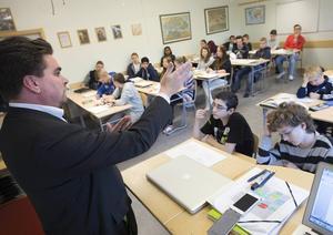 """""""Risken med förslaget är att när en lärare slår larm om dessa missförhållanden kommer detta inte att betraktas som visselblåsning, utan som att det bara rör sig om meningsskiljaktigheter"""", skriver debattörerna."""
