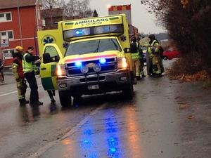 Tre personer var inblandade i olyckan och två fick föras till sjukhus.