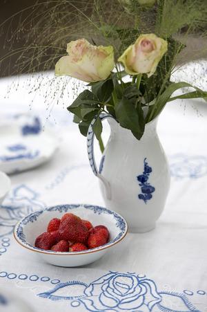 Jordgubbarna ser kanske till och med ut att smaka lite somrigare när de ligger i en skål med blå blomsterrankor.