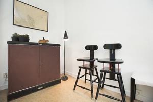 Citografskåp för förvaring och hemmagjorda barstolar efter pappa.
