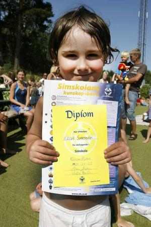Elliot Svensson, fem år, som GD skrev om när simskolan började, kunde i går ta emot sitt efterlängtade diplom.