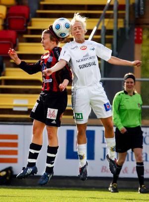 Lisa Landin i nickduell med en försvarare i Sundsvall. Bortalaget vann i princip alla utav matchens fysiska bataljer.