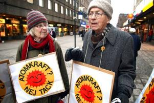 NEJ TILL KÄRNKRAFT. Kirsten Hillbom och Thorild Dahlgren demonstrerade mot regeringens planer på att bygga ut kärnkraften.