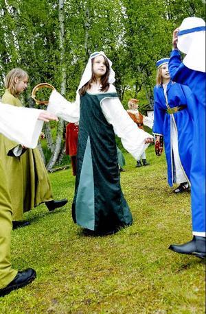 Ett medeltida bröllop skildras under föreställningen.