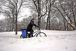 Lotta Sörman cyklar året runt. Hon bor i Hjärsta och cyklar till jobbet i Hovsta. I vinter har hon cyklat omkull en gång. Men på det hela taget tycker hon att framkomligheten och snöröjningen blivit bättre.