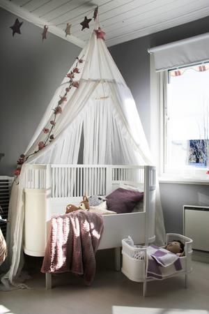 Sigrids säng har Sofie gjort extra fin med sänghimmel och girlanger av blommor och stjärnor.